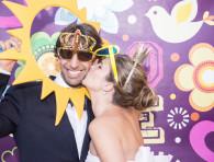 wedding photo booth la sposa bacia lo sposo sulla guancia
