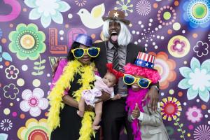 wedding photo booth una famiglia in posa con occhiali giganti, parrucche colorate e cappelli luccicanti