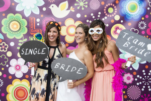wedding photo booth la sposa con due invitate
