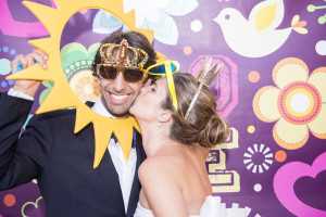 wedding photo booth la sposa bacia lo sposo sulla guancia