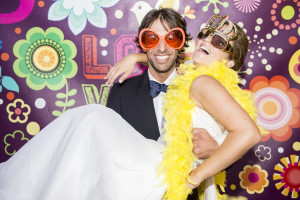 wedding photo booth lo sposo tiene la sposa in braccio