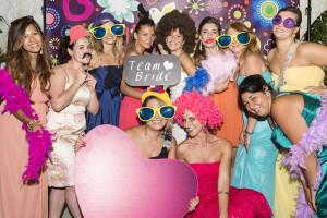 wedding photo booth foto di gruppo con un cuore gigante rosa