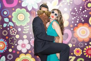 wedding photo booth una coppia di ospiti, lui con la barba lunga lei con occhiali da sole e labbra finte